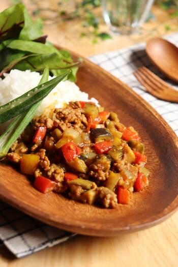 カレーを作る時にも玉ねぎは欠かせない存在ですよね。トマトやなすがあったらキーマカレーにしてもいいですね。炒めるだけなので、普通のカレーより早く作れますよ。