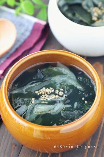 玉ねぎとわかめの組み合わせなら中華スープはいかが? 玉ねぎは少し歯応えがあっても美味しいので調理時間は短めでもOK! あっという間にスープが出来上がります。