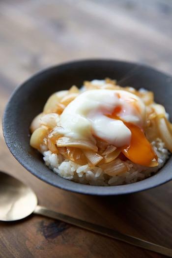 美味しい新玉ねぎが手に入ったら、玉ねぎが主役ののっけご飯はいかが?   調理した玉ねぎをご飯にのっけて温泉卵を落とすだけなのに贅沢な味に。時間がない時やあっさり済ませたい時におすすめのレシピです。