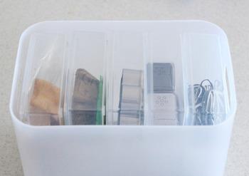無印のメイクボックスに、はがきケース5つがぴったり収まります!違うメーカーとは思えないフィット感に驚きです。ケースは透明なので、中身を確認できるのも嬉しいポイント。