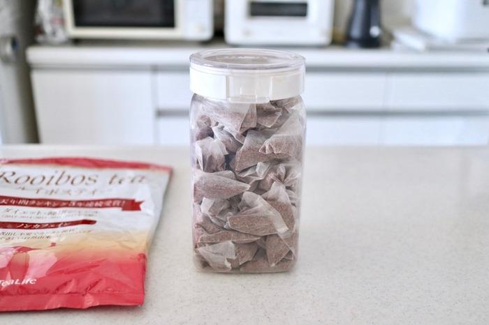 食品の保存に重宝するフレッシュロック。こちらは1.4Lサイズに、ティーバッグが100個ぎっしり収まっています。軽くて丈夫なフレッシュロックは、キッチン収納の頼もしい味方になりますよ。