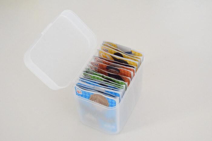 セリアの綿棒ケースは、小袋タイプのふりかけがフィット。幅がぴったりで気持ち良いですね♪数種類並べておくと、お子さんも自分で楽しく選べます。