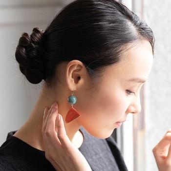 伝統工芸品にも、再利用されているものがあります。「kacera」は、福井県鯖江市の漆塗の作り手から生まれたアクセサリーブランド。200年もの間引き継がれてきた漆の技術を詰め込み、生み出す漆製品を大切に使うため、本来キズやフシで捨てられてしまう欠片を再利用。漆ならではの独特のツヤと色合いが魅力で、耳元に存在感をプラスしてくれます。