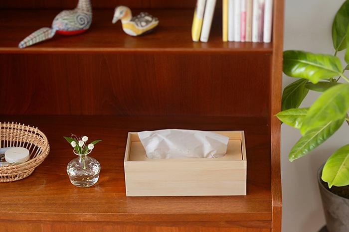 「ティシューの匣」は、釘などは一切使わず、職人の手でぴったりはめ込む「木組み」のみで作られたティッシュケース。素材にはヒノキが使われており、ティッシュ箱をはずして使うことで、むきだしのティッシュにヒノキの香りが染み込む仕組みになっています。ティッシュを手に取るたびに、ヒノキのさわやかな香りが、優しく包み込んでくれますよ。