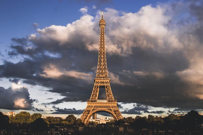 1920年代のパリに迷い込み、ヘミングウェイ、ピカソ、ダリなどの偉人が次々と現れるユーモアとロマンは、まさに憧れ。アート好きには溜らない芸術を彩った街の世界を垣間見ることができ、フィクションならではの面白さで、華々しい時代を味わえます。