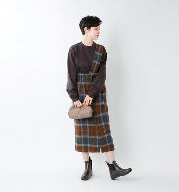 大柄のタータンチェックが目を惹く、ワンショルダー型のタイトスカート。ワンショルダーなのでジャンパースカートよりも個性的で大人っぽく着こなせます。