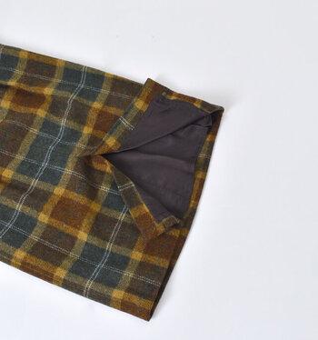 ショルダー部分は取り外し可能なので、シンプルにスカートとしても着用できます。細身のシルエットに深めのスリット付きで、スリムに着られて着やせ効果が期待できます。