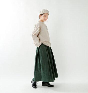 タックがたっぷり入ったボリューム感あるロングスカート。ウエストは総ゴム仕様でリラックス感もたっぷりです。