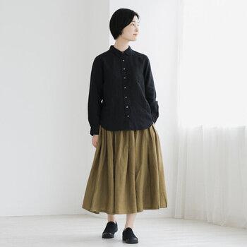 柔らかな風合いと、しなやかで優しい肌触りが特徴のベルギーリネンで仕立てたスカート。タックとギャザーがたっぷり入っていてエアリーな印象です。