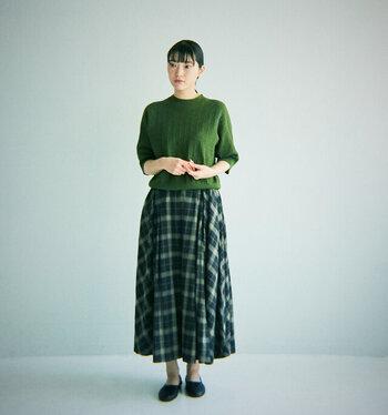 上品なシルエットのチェックのフレアースカート。たっぷりのフレアーが入っていて、穿くだけで女性らしい印象に。