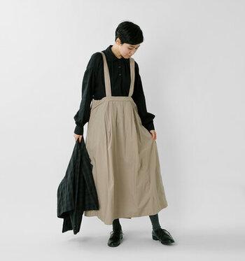 大人女性をかわいらしい印象にしてくれる、ジャンパースカート。軽やかなコットンのタイプライター生地の吊りスカートで、ワイドなシルエットのウエストがユニークです。
