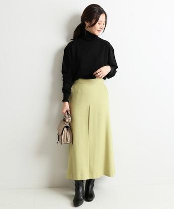 明るいイエローのスカートは、ダークな色使いになりがちな秋冬のコーデに華を添えてくれます。ブーツやローファーに合わせてクラシックな雰囲気を出すと今っぽいスタイリングに。