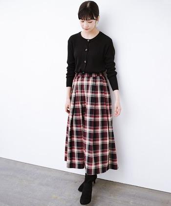 綿100%のチェックのギャザースカート。スカート以外のアイテムをすべて黒でまとめると、スタイリッシュな印象に。