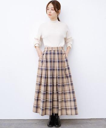 ベージュ系のチェックのスカートは優し気な印象。ホワイトのトップスとの相性バツグンですね。