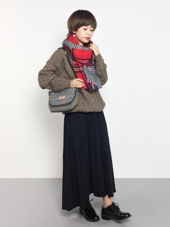 赤いチェックのリバーシブルストールは、コーデの主役になる鮮やかさが魅力。シックなセーターやスカートと合わせることで、顔周りがより華やぎます。