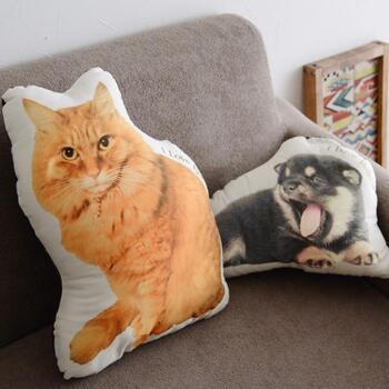 愛しのペットの写真をクッションに仕立てるサービスです。世界に一つだけのクッションは、実家から離れて一人暮らしをスタートする方や家族と離れて暮らす方へのプレゼントにもおすすめ。子犬や子猫のときの姿を思い出として形に残せるのがいいですね。