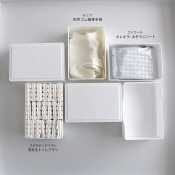流せるトイレブラシとゴム手袋、ウェットシートがそれぞれすっきり収まります。シンプルなケースなので生活感が出ないのもgood。