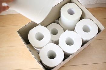 トイレットペーパーのストックにも◎12ロール、まるで測ったかのようにぴったり入ります!フタを閉めれば中身が見えず、見た目がおしゃれなのもgood。