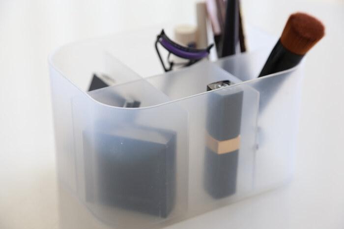 ダイソーの積み重ねボックスを使えば、細々としたメイク道具が迷子になることはありません。仕切り付きなので立てて収納でき、見やすくて取り出しやすいのが嬉しいポイント。