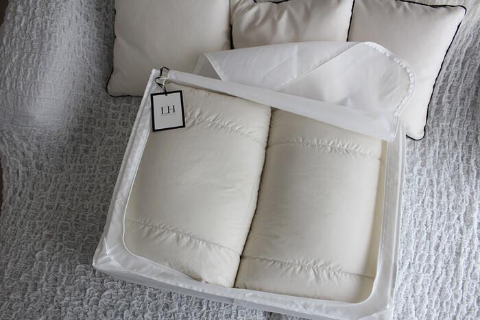 IKEAのSKUBBは、シーズンオフや来客用の布団を仕舞うのに重宝します。シングルサイズの羽毛布団なら2枚入る大きさです。押し入れやクローゼットをすっきりさせたい時におすすめ!
