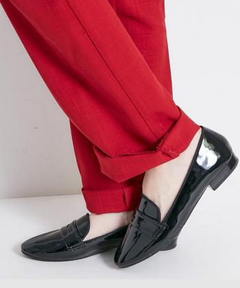 マニッシュなテイストや、トラッドコーデに取り入れやすいのが「オペラレインパンプス」。かっちりしたデザインでありながら、ポインテッドトゥが女性らしさをプラスしてくれているので、一足履くだけで程よくバランスをとってくれます。