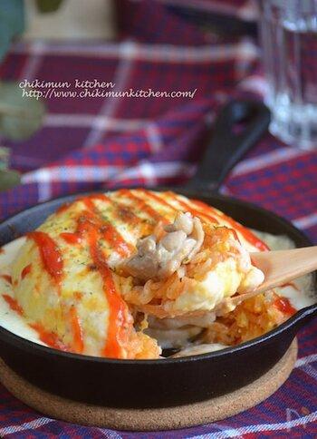 オムライスとグラタンを融合させた、まんまるのヴィジュアルが可愛らしいこちらのレシピ。とろとろの卵は、レンジで作っているので失敗知らず♪チキンがゴロっと入っているので応えも抜群ですよ。おもてなしにもぴったりな一品です。
