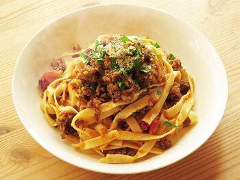 ミートソースよりも肉の量が多く、トマトが少ないボロネーゼは、肉のうまみを味わうパスタ。こちらのレシピでは、ベーコンやニンニク・生姜入りのソフリットで、肉の臭みを消しつつ、味わい豊かに仕上げます。