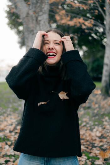 「ありがとう」という感謝の言葉を伝えるとき、表情は自然と柔らかく優しい笑顔になっている人が多いでしょう。感謝の気持ちを伝えることが習慣になっている人は、いつも自然と顔の筋肉を使っていると言えます。口角が上がり、顔の筋肉をきゅっと引き締めているので、見た目も若く素敵な人に見られていることが多いようです。