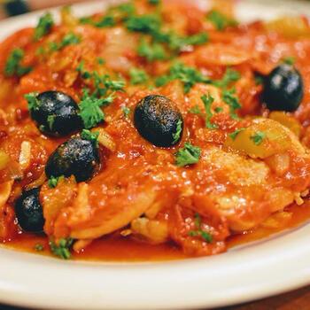 カチャトーラは、狩人風鶏肉のトマト煮込み。骨付き肉を使って、じっくりうまみを引き出します。ソフリットは、イタリアンの煮込み料理に欠かせません。