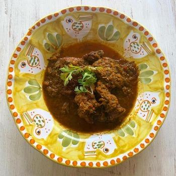 牛肉の煮込み料理にもソフリットを。このレシピでは、たっぷりとソフリットを使っていて、肉のうまみとともに、野菜の優しい甘みが堪能できます。