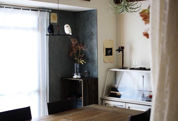 こちらの角の壁も同じようにベニヤ板の壁にペイントしています。コーナーの色合いが違うだけで印象も変わりますね。濃いグレーがシックで重厚感のある雰囲気。手作りの壁なら、パステルやアンティーク調など本格的に自分の好みのカラーが楽しめるのが嬉しいですね。
