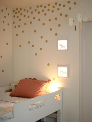 小さめの貼り直しできるタイプのウォールステッカーは、初心者さんにぴったり。等間隔もしくはランダムに貼ってみたり、自由にアレンジできるのがメリットです。シンプルな白い壁もゴールドのウォールステッカーを貼ると、星座のように見えて素敵♪