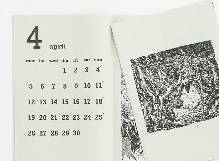 小説ムーミンシリーズの第9巻の中の挿絵が使われています。2020年版よりもすこし繊維が粗く、和紙のような質感の紙に変更され、より味わい深さが感じられるように。  シンプルですっきりとした数字のフォントもムーミンにぴったりです。