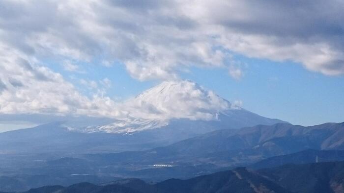「大野山ハイキングコース」は、山頂のパノラマに広がる景色と、牧歌的でゆったりとした雰囲気が最大の魅力。  すすき野や牧場広がる山頂付近は、視界が開け、標高723mとは思えないほどに、素晴らしい景色が、360度見渡す限りに広がっています。丹沢湖に丹沢山系、箱根の山並みに、足柄平野、富士山は、裾野までその姿を眼におさめることが出来ます。【12月下旬頃の大野山・山頂からの眺望】
