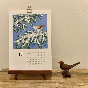 お家の中で、バードウォッチングをしている気分を味わるカレンダーです。  壁掛けが基本ですが、市販のイーゼルなどを利用すると卓上カレンダーとして活用することも。飾りたい場所に合わせて、どちらか選べるのはありがたいですよね。