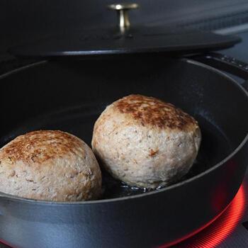 まん丸に作ったハンバーグを、赤ワインやソフリットを加えて、ホーロー鍋でじっくりと煮込みます。最後に、バターモンテといって、バターを加えてとろみをつけます。