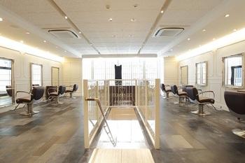 東京メトロ銀座線「銀座駅」A2出口より1分にある「ダーリング プレミアム ミンクス ギンザ 」。高い技術力と店内のおしゃれな内装で、銀座エリアの大人気サロンです。92%天然成分のオーガニックカラーでダメージを抑えながら、自分の良さが引き立つヘアに仕上げてくれます。