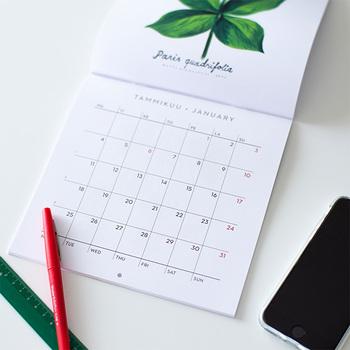月と曜日は、フィンランド語と英語の併記です。祝日はフィンランドのものが記されています。日本とは違う祝日に興味津々になってしまいますよね。  使いやすくするためには、まず最初に、日本の祝日を赤ペンで書き入れるのがポイント。これで日本とフィンランドの祝日を比べることもできるようになりますよ。