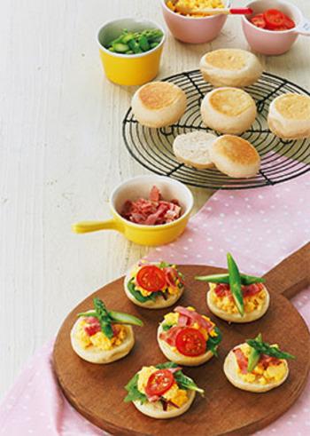 スクランブルエッグにトマト、アスパラをのせてカラフルに彩りよく仕上げて。具は自分でトッピングしてもらうようにして、オープンサンド風にするとおもてなしにも◎。