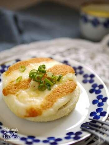 カマンベールチーズと明太チューブをのせて焼くだけでできるトースト。小腹がへったときにすぐにつくれてお手軽ですね。
