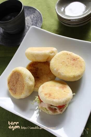 オーブンがなくても大丈夫。フライパンで焼けちゃうイングリッシュマフィン。自宅で作ると添加物などの心配もないですし、焼きたてあつあつを食べられるからいいですね。