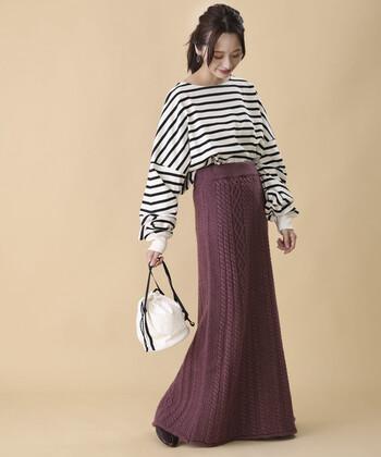細やかなケーブル編みが素敵なマキシ丈のニットロングスカート。網目が真っ直ぐなラインを形成し、縦長効果も抜群。ストンと落ち感もきれいなシルエットなので、すっきりと着れそうです。 トップスはボーダーカットソーでカジュアルにまとめてバランス◎