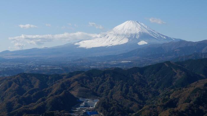このあたりは「富士山」のビューポイント。箱根の外輪山や愛鷹山といった周囲の山並みも見渡せます。この付近は、当コースのハイライト。頂上までは富士山を眺めながらの快適な登山道が続いています。 【頂上手前の「富士山」ビューポイントは、当コースのハイライト(11月下旬)】