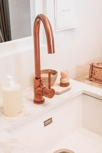 くすみを落としたいからと、ゴシゴシと力を入れて洗うのはNG。お肌が傷ついてうるおいが失われやすくなり、乾燥やくすみの原因になってしまいます。洗顔をするときは、たっぷりと泡立てた泡をやさしく滑らせるようにして洗いましょう。