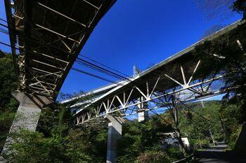 「旧共和小学校」から車道を下ると、東名高速道路の鉄橋下。そのまま道なりに進んで車道を進みます。