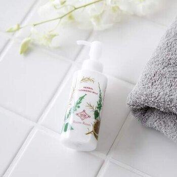 オイルクレンジングは素早く汚れを落とせますが、洗浄力が強く過剰に脂をとってしまうことも。くすみ肌をつくらないためには、お肌を乾燥させにくいクリームタイプやミルクタイプで、やさしくクレンジングするのがおすすめです。
