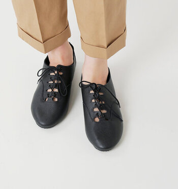 靴ひもを通す部分のデザインを、波型に作ったレースアップシューズです。ほどよく隙間が空いた部分から、ビビッドカラーの靴下などを覗かせてアクセントにするのもおすすめ。