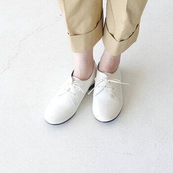 シボ感が上品な印象を与える、シュリンクレザーの白レースアップシューズ。足になじむ柔らかさと、軽くて歩きやすい履き心地が特徴です。白レザーが爽やかなので、上品な着こなしやナチュラルコーデにもぴったり。