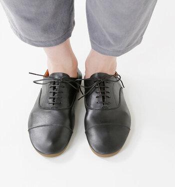 革本来の風合いをしっかりと表現した、ステアレザー採用のレースアップシューズ。柔らかくしなやかな素材感で、長く履き続けるほどに足になじんでいくのが特徴です。
