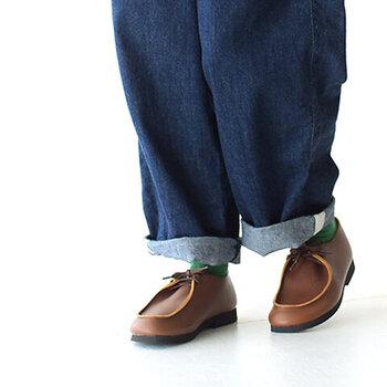 ころんとしたシルエットが、とってもキュートな「KOJIMA SHOE MAKERS(コジマシューメイカーズ)」のレースアップシューズ。チロリアンシューズをモチーフに作られました。柔らかな素材とワイドなつくりで、さまざまな足の形にマッチしてくれます。